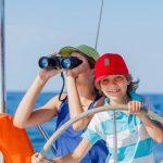 Familientörn Kids an Steuer und Fernglas