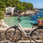 Fahrrad über einen kleinen Badebucht Mallorca