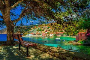 Ionische Inseln schattige Bucht mit Bank