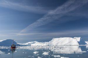 Grönland - Fischerboot vor Eisberg