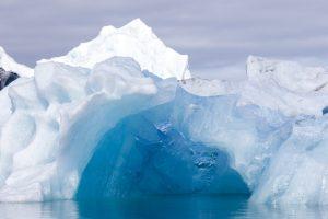Eisberg mit blauer Grotte
