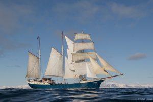 Antigua unter vollen Segeln vor Spitzbergen